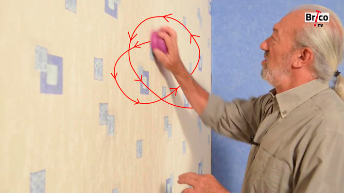 Mouvement rotatif avec la roulette pour décoller du papier peint