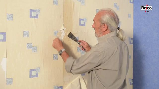 Avec une spatule, on peut commencer à décoller le papier peint