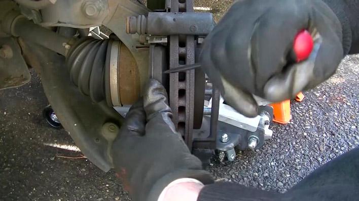 On dépose la plaquette de frein intérieure