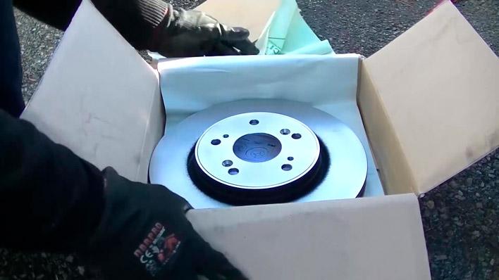On ouvre la boite avec le disque de frein