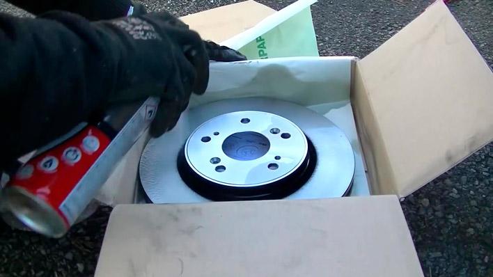 On asperge le disque avec du nettoyant pour frein