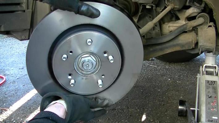 On met le nouveau disque de frein