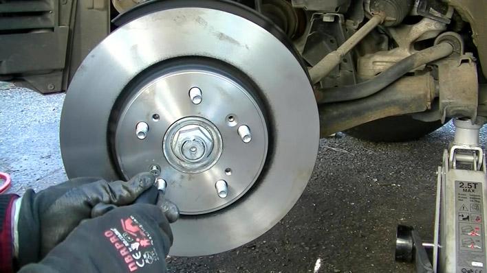 On visse les vis sur le nouveau disque de frein
