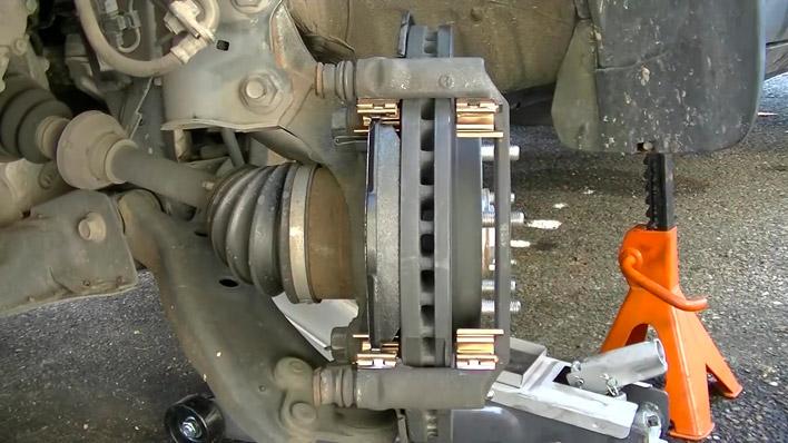 On place la première plaquette de frein